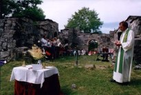 Gudsteneste inne i kirkeruinene -